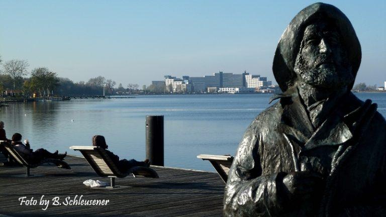 Statue des Fischers Stüben - im Hintergrund der Ferienpark